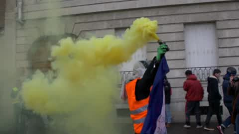 Clashes between police and yellow vests in Paris