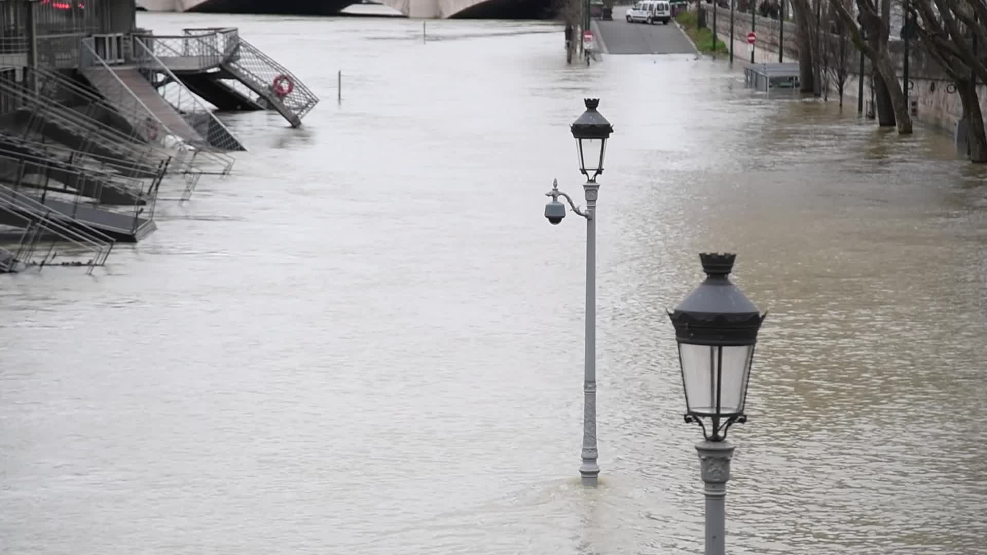 French floods: Seine river reaches peak in flood-hit Paris